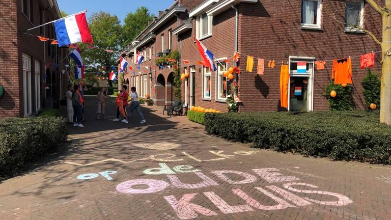 Een feestelijke buurt in Handel tijdens Koningsdag (foto: Imke van de Laar)