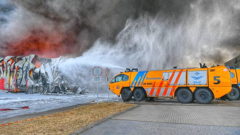 Pand transportbedrijf Van der Heijden in Hapert grotendeels ingestort. (foto: Rico Vogels/SQ Vision Mediaprodukties)