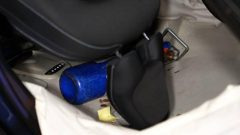 In de gecrashte auto werd een cilinder lachgas ontdekt (foto; Bart Meesters).