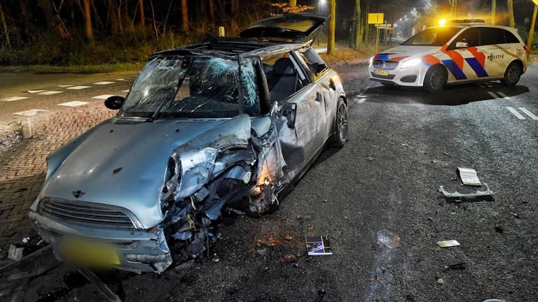 De auto crashte rond kwart voor vier 's nachts (foto: Toby de Kort/SQ Vision).