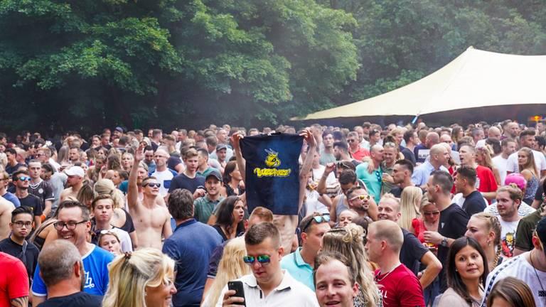 Een veld vol mensen tijdens een festival in Erp (foto: Marcel van Dorst/SQ Vision).