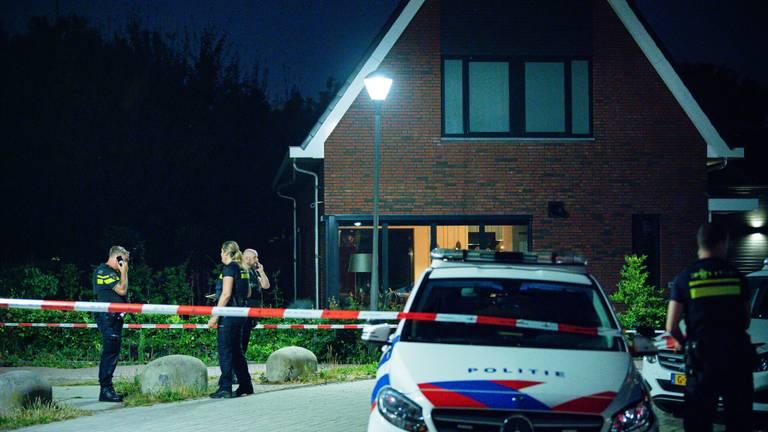Recherche en forensische opsporing doen onderzoek bij de woning (foto: Jack Brekelmans/SQ Vision)