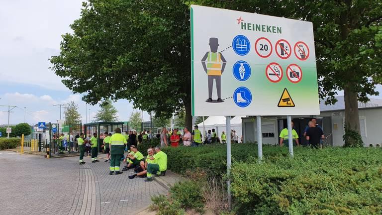 Medewerkers Heineken staan buiten (foto: Dirk Verhoeven).