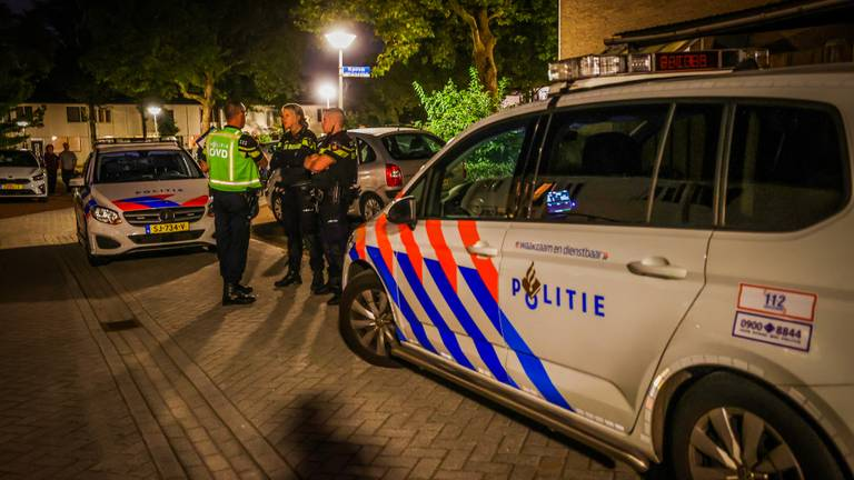 Agenten in overleg over wat er gebeurd is aan de straat Nijenrode in Eindhoven (foto: Sem van Rijssel/SQ Vision).