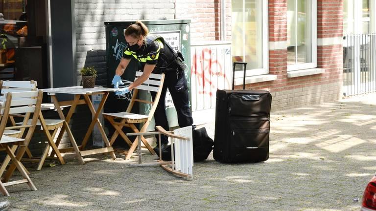 Een agente op het terras van de Jong Brood & Banket in Breda (foto: Perry Roovers/SQ Vision).