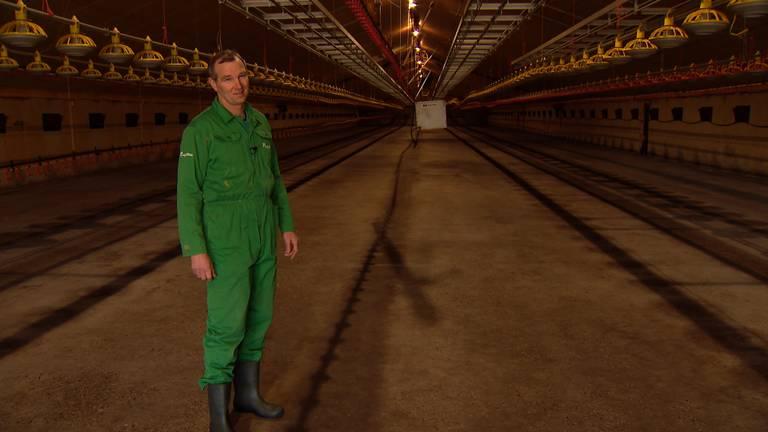 Boer Ronny in een kille en lege stal (foto: Omroep Brabant).