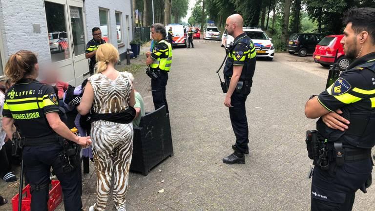 Er was veel politie aanwezig om de vrouw aan te houden (Foto: Joris van Duin).