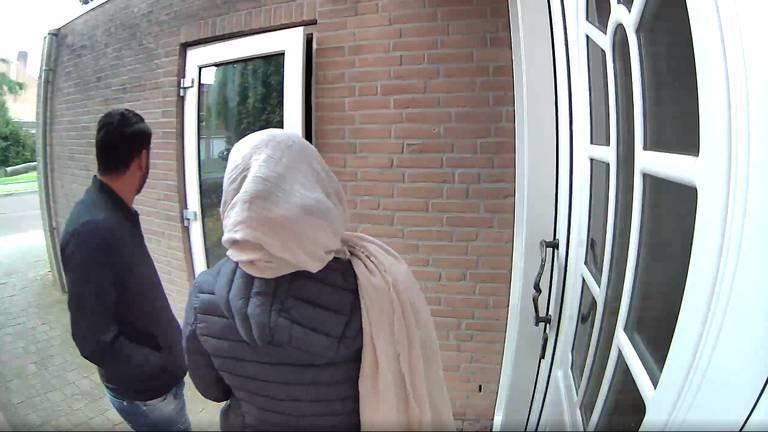 De inbrekers in actie (foto: Hans op den Buijs).