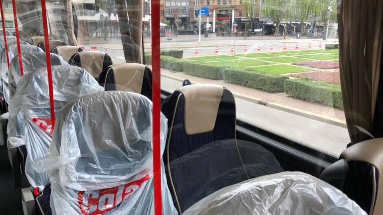 Achter elke stoel in de bus is een wand van plexiglas gemaakt