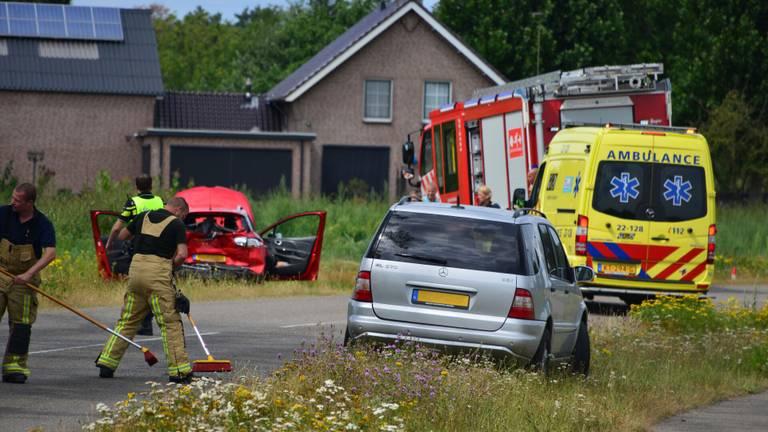 De beschadigde auto's blijven achter na een gevaarlijke inhaalmanoeuvre (foto: Walter van Bussel/SQ Vision Mediaprodukties).
