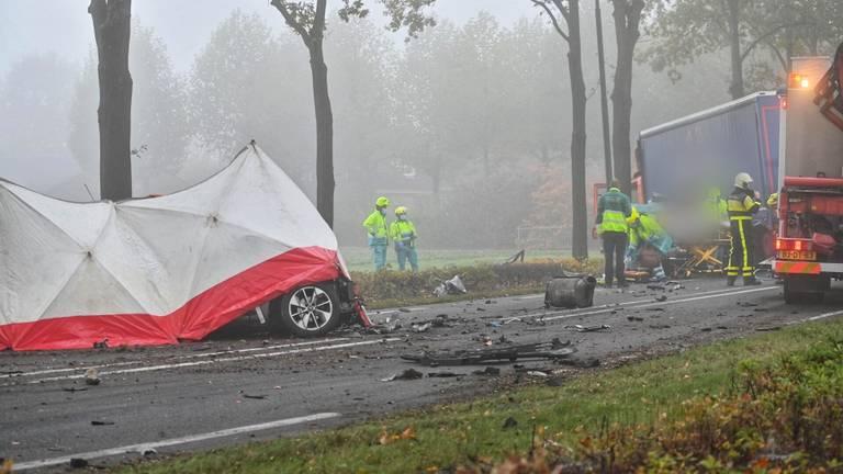 Het ongeluk op de Bredaseweg bij Rijsbergen gebeurde rond halfnegen vrijdagochtend (foto: Tom van der Put/SQ Vision).