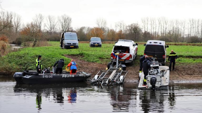 De politie zocht ook op het water naar de vermiste Rob van Berkel (foto: Collin Beijk)
