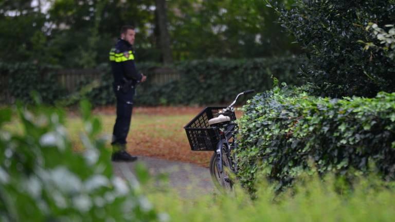 De politie doet sporenonderzoek na het zedenmisdrijf (foto: Perry Roovers/SQ Vision).