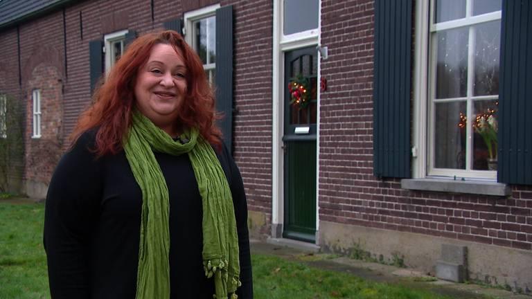 Maite Eckhardt voor haar boerderij in Haaren.