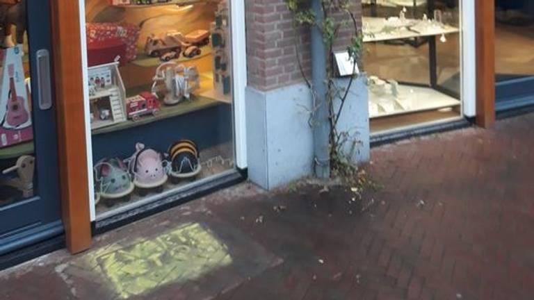 Ook bij Hout-Doe op de stoep is de leus gekalkt (foto: via Facebook)
