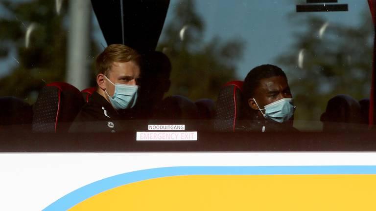 De spelersbus van v.v. UNA keert huiswaarts na positief coronageval (foto: OrangePictures).