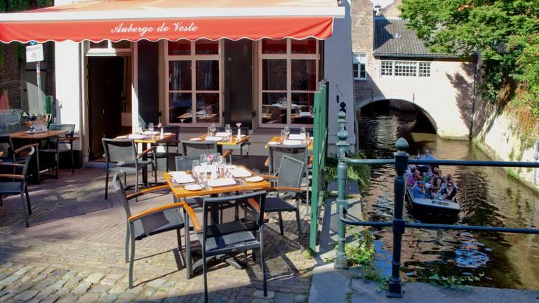 Het terras van Auberge De Veste (foto: Ruben Coonen).