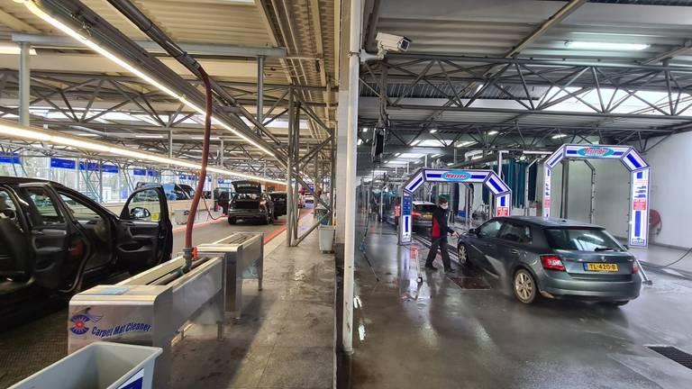 Ook de binnenkant van de auto's worden gereinigd (foto: Noël van Hooft)