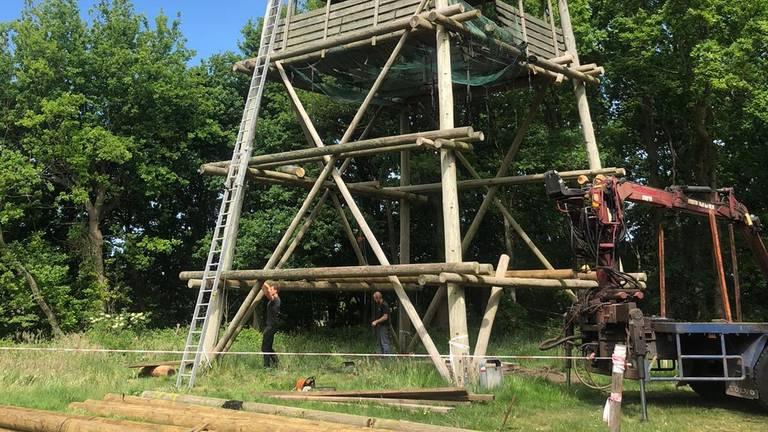 De uitkijktoren wordt hersteld (foto: Erik de Jonge).