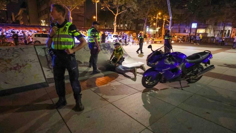 De politie hield enkele jongeren aan na de ongeregeldheden in Eindhoven (foto: Dave Hendriks/SQ Vision).