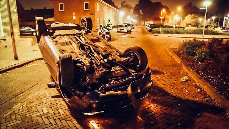 De auto in Eindhoven sloeg rond halfvijf zaterdagnacht over de kop (foto: Sem van Rijssel/SQ Vision).