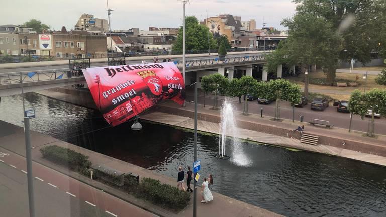 Voor het gemeentehuis hing een supportersvlag van Helmond Sport. (Foto: Alice van der Plas)