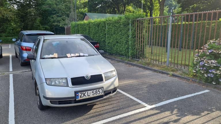 De Skoda staat op een afgelegen parkeerplaatsje (foto: Noël van Hooft).