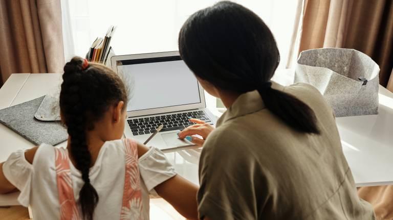 De kinderen krijgen weer thuis les (foto: August de Richelieu via Pexels.com).