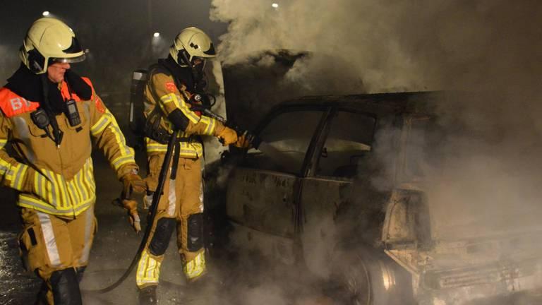 De brandweer bluste het vuur in de Ruitersboslaan in Breda (foto: Perry Roovers/SQ Vision).
