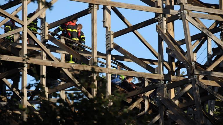 Hulpverleners haalden de vrouw voorzichtig naar beneden (foto: Erik Haverhals/FPMB).