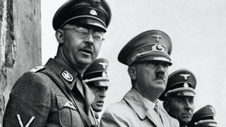 Himmler (links) naast Hitler