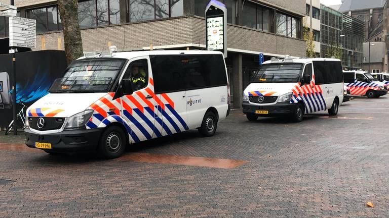 De politie bij het Stadhuisplein in Eindhoven (foto: Omroep Brabant).
