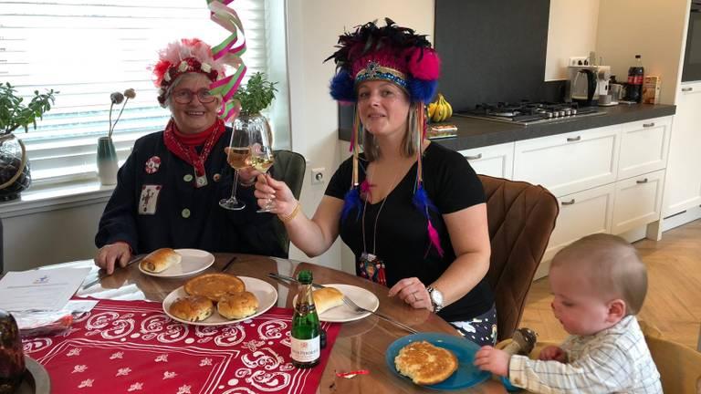 Drie generaties aan het carnavalsontbijt (foto: René van Hoof )