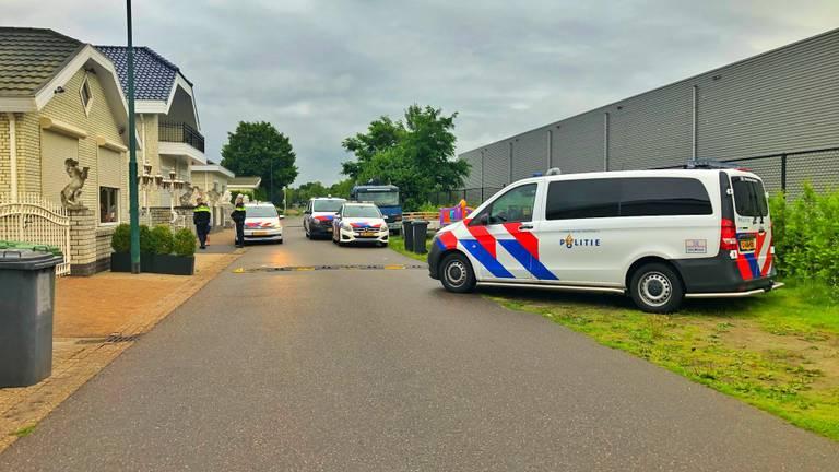 De politie is met verschillende eenheden aanwezig (foto: Rico Vogels/SQ Vision)