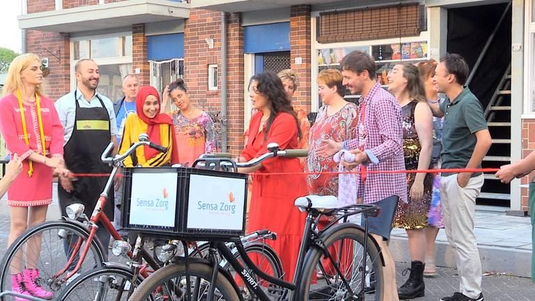 Buurtbewoners van de volkswijk bij elkaar voor een feestje (foto: Jan Peels)