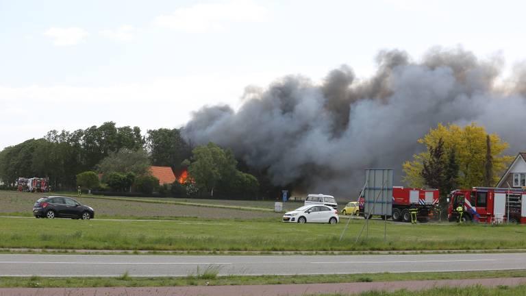 Twee loodsen staan volledig in brand (foto: Christian Traets/SQ Vision).
