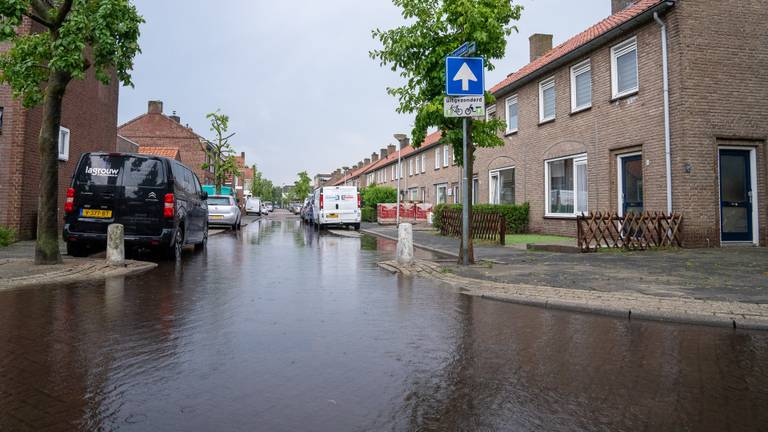 Ineens woon je aan het water, na de wolkbreuk... (foto: Iwan van Dun/SQ Vision).