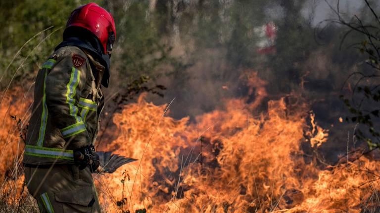 Het was oorlog voor omwonenden en brandweermannen in De Peel. (Foto: Defensie)