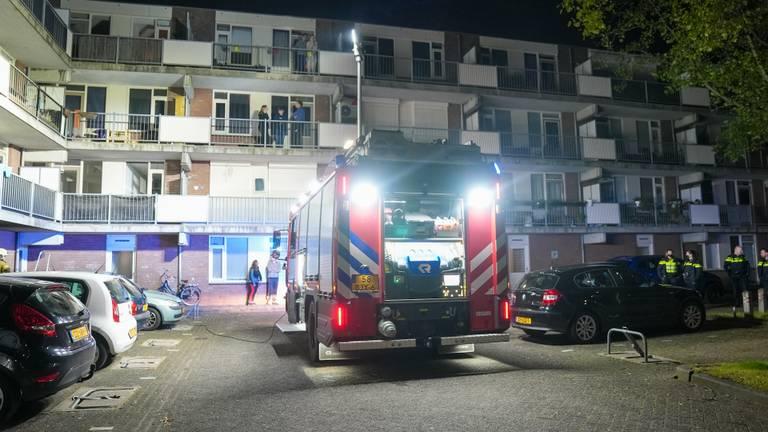 De brand onder de flat aan de Meijer van Leeuwenstraat in Oss werd rond vier uur 's nachts ontdekt (foto: Gabor Heeres/SQ Vision).