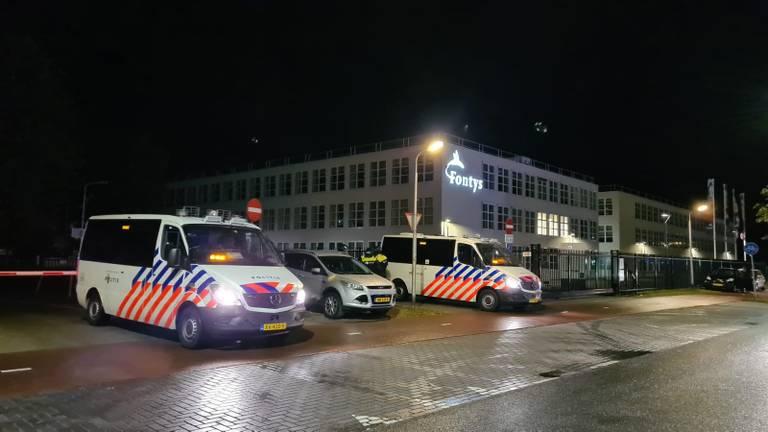 De politie staat paraat in de buurt van het plein (foto: Noël van Hooft).