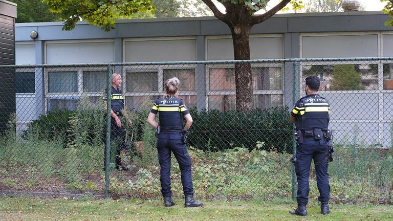 Agenten zoeken met een politiehond naar een van de overvallers. (Foto: Jeroen Stuve / SQ Vision)