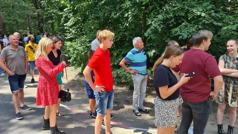 De wachtrij voor Joris en de Draak, ook hier staan mensen op zowel rood als wit te wachten.