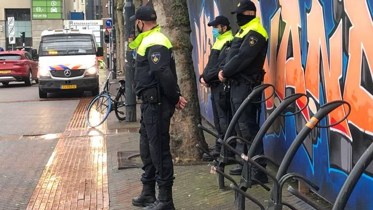 Agenten houden de situatie op het Stadhuisplein in Eindhoven in de gaten (foto: Omroep Brabant).