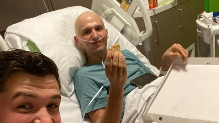 Daan en zijn broer Koen aan de pizza in het ziekenhuis