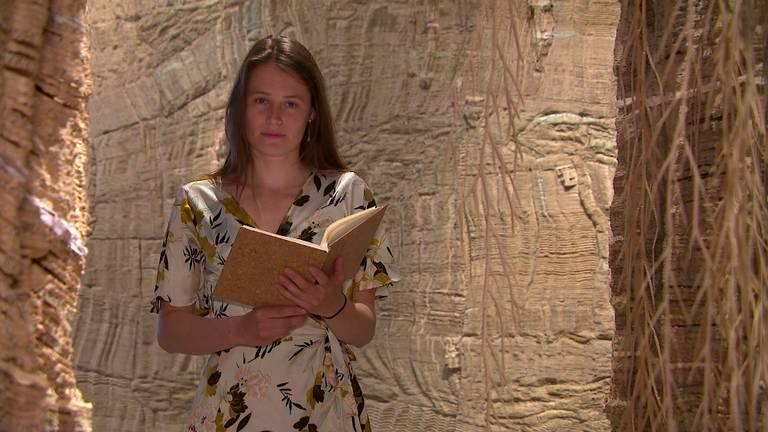 Charlotte draagt haar gedicht voor tussen de kunstwerken van Eva Jospin.