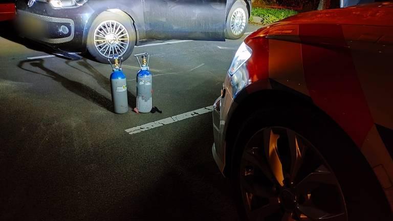 De man had meerdere cilinders lachgas in zijn auto (foto: Twitter Team Verkeer Zeeland-west-Brabant).