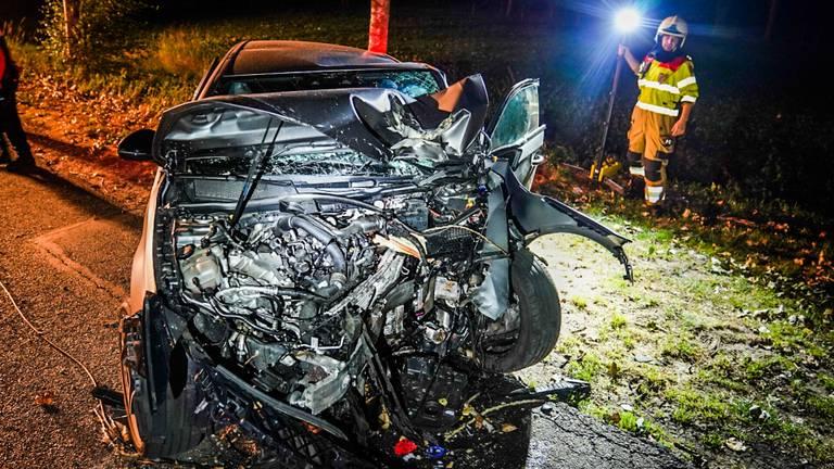 Van de auto is na het ongeluk in Sint-Oedenrode weinig over (foto: Sem van Rijssel/SQ Vision).