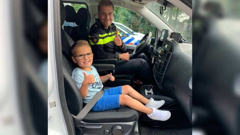Julian en Maritio in de politiebus (bron: Instagram/@maritio_politie).