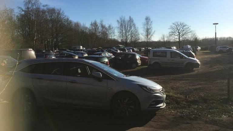 Drukte op de parkeerplaatsen bij de Rustende Jager bij de Loonse en Drunense Duinen