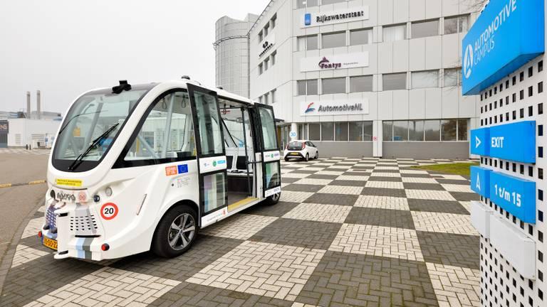 De zelfrijdende bus op de Automotive Campus in Helmond (foto: Bart van Overbeeke Fotografie).